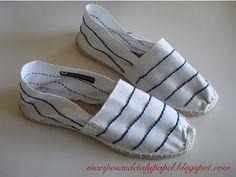 Alpargatas blancas con rayas marineras bordadas a mano.