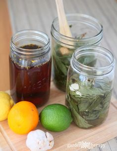 Making Herb Vinegar - How to Make Artisan Herb-Infused Vinegar with three recipes: Parsley, Rosemary, & Sage; Tarragon & Garlic: and Fennel & Citrus. Real Food Recipes, Easy Recipes, Easy Meals, Real Foods, Home Health Remedies, Herbal Remedies, Vinegar With The Mother, Marinated Olives, Clean Diet