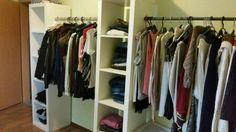 Verkaufen hier unseren offenen Kleiderschrank. Es handelt sich hier um 3 Regale mit 5 Fächern und zwei KleiderstangenDie Produkte sind in einem guten ZustandOhne Kleidung und Deko.