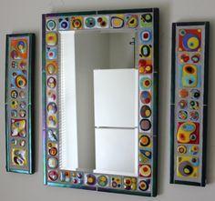 Este espejo único, colorido fue creado por azulejos de vidrio individuales 28 haciendo primeros en el horno. Las baldosas de vidrio son todas diferentes y se hicieron en el estilo de la famosa artista de Kandinsky. Esta pieza se enmarca en un vidrio oscuro de verde, fusionado, iridiscente.  Este espejo vería gran junto con los dos otros Kandinsky-estilo mosaico paneles disponibles en mi etsy shop (ver última foto). Si desea comprar todos los tres artículos, convo a un precio especial!  Una…