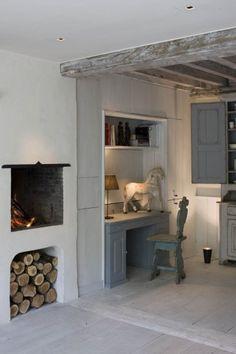 Een bureau kan prima in de woonkamer als het een mooi brocante model is zoals op de foto; ook leuk de bijpassende oude kast. vergelijkbare oude bureau's en kasten te koop bij www.old-basics.nl (ook voor meubels op maat)