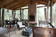 Фото интерьера каминной гостевого дома в стиле фьюжн | Дизайн интерьера дачного домика в лесу | Interior design country house in the woods