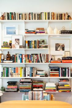 Joanna Goddard's Streamlined Brooklyn Kitchen Kitchen Visit: Joanna Goddard at Home in Brooklyn Home Library Design, House Design, Dream Library, Casa Milano, Brooklyn Kitchen, Home Libraries, Apartment Living, Home And Living, Mid-century Modern