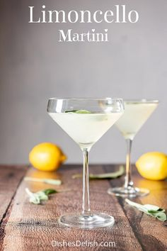 This limoncello martini has 3 ingredients: vodka, limoncello and lemon juice! Add some sage leaves and the longer they float in the drink, the tastier this cocktail gets. Drinks With Lemoncello, Limoncello Martini, Limoncello Recipe, Martinis, Vodka Martini, Vodka Cocktails, Lemon Vodka Drinks, Martini Party, Cocktail Drinks