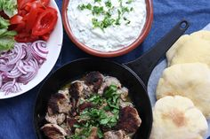 Take a homemade pita bread. Fill it with succulent, mouth-watering lemon pork, onion, tomato and lettuce. Top everything with the creamiest, thickest white cheese tzatziki around. Homemade Pita Bread, Juice Of One Lemon, White Cheese, Marinated Pork, Summer Bbq, Frisk, Tzatziki, Greek Recipes, Palak Paneer