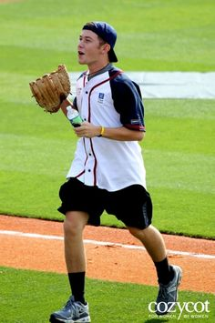 Scotty McCreery <3 even looks good playing(;