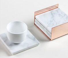Die Untersetzer sind aus festen Carrara-Marmor und Messen 10cm (4) Quadrat.  Es gibt vier schützende Filzgleiter an der Unterseite des Marmors.