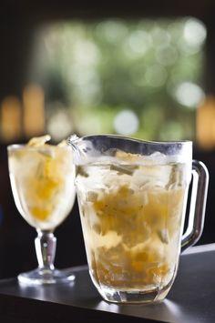 O clericot é um ótimo drinque para tomar com os amigos! A bebida refrescante é feita com vinho branco, soda limonada e frutas. Confira a receita - Foto: Ricardo D' Angelo