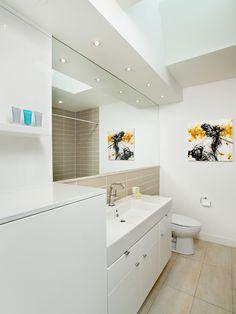 Banheiro branco com azulejo retangular bege