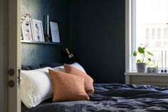 En Suède, les murs ne sont pas toujours blancs - PLANETE DECO a homes world Bed, Furniture, Home Decor, White Walls, Home Decoration, Living Room, Decoration Home, Stream Bed, Room Decor