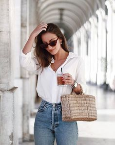 High waisted jeans with a simpel white blouse
