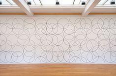 muurschildering mural  Gemeentemuseum Den Haag, 2012  Als eerste vrouwelijke kunstenaar in de geschiedenis wint Bridget Riley (GB, 1931) de Sikkensprijs. Zij is de grand old lady van de Britse beeldende kunst en ontvangt deze prestigieuze kleurprijs voor de manier waarop zij haar werk verrijkt heeft met kleur. De zuiverheid, subtiliteit en precisie van haar kleurgebruik hebben geleid tot een sensationeel oeuvre, waaruit een nieuwe generatie kunstenaars inspiratie haalt. Tegelijkertijd heeft…