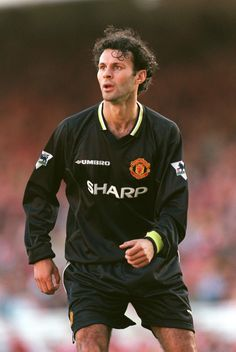 Giggs' Manchester United Career In Kits (PICTURES)