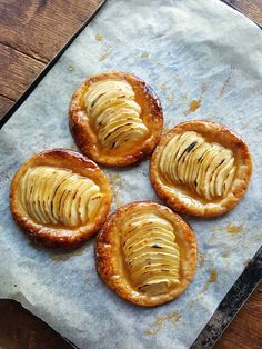 You got 10 minutes? That's all it takes to assemble these irresistible morsels. Apple Galette, Sweet Recipes, Deserts, Brunch, Goodies, Cooking Recipes, Sweets, Baking, Fruit