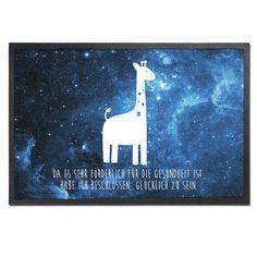 Fußmatte Giraffe aus Velour  Schwarz - Das Original von Mr. & Mrs. Panda.  Die wunderschönen Fussmatten von Mr. & Mrs. Panda sind etwas ganz besonderes. Alle Motive werden von uns entworfen und jede Fussmatte wird von uns in unserer Manufaktur selbst bedruckt und liebevoll an euch verschickt. Die Grösse der Fussmatte beträgt 60cm x 40cm.    Über unser Motiv Giraffe  Rekord: Giraffen sind die höchsten landlebenden Tiere der Welt. Männchen können bis zu 6 Meter hoch werden. Giraffen leben in…