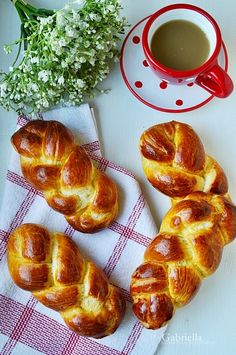 Gabriella kalandjai a konyhában :): Mini fonott kalács hungarianrecipes Bread Dough Recipe, Overnight French Toast, Hungarian Recipes, Baking And Pastry, Challah, Apple Cake, Morning Food, Pain, Cupcake Cakes
