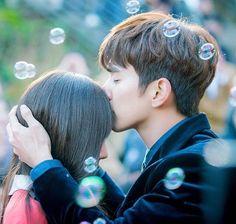 kdramas 💘 uploaded by ʀᴏᴄᴋs✞ᴀʀ on We Heart It Couple Poses Drawing, Couple Posing, Korean Drama Movies, Korean Actors, Korean Dramas, Romance, Live Action, Kpop Kiss, Hug Pose