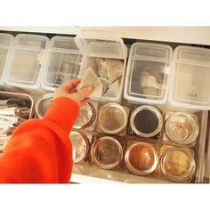 キッチンで毎日よく使うアイテムを、カップボードの開け閉めしやすい引き出しに収納します。 セリアとキャンドゥのケースを使って、見やすくすっきりとした収納にしています。 Kitchen Organization For Small Spaces, Pantry Organization, Kitchen Pantry, Kitchen Storage, Kitchen Interior, Room Interior, Japanese House, Room Tour, House Layouts