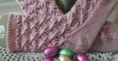 Nyt sattui käsiini tällainen unelma, väri kuin vaahtokarkki. Ohjeen olin jo aikoja sitten löytänyt ja tiesin sen täydellisesti sopivan ... Diy Crochet And Knitting, Knitting Socks, Knit Socks, Mitten Gloves, Mittens, Fingerless Gloves, Arm Warmers, Koti, Projects To Try