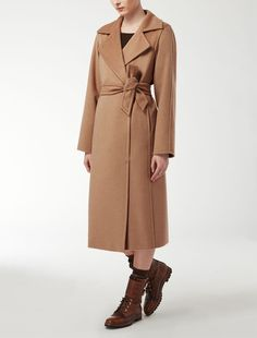 Max Mara MANUELA kamel: Mantel aus Kamelhaar. Find your outfit on the Official Max Mara Website and discover all that is new in ready-to-wear.