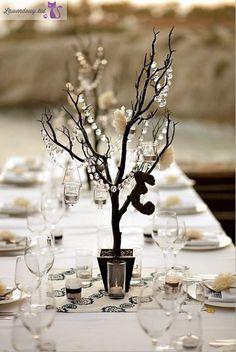 Gałęzie z koralikami i świeczkami na stół weselny