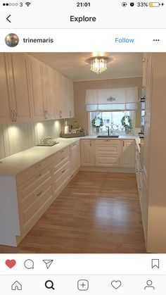Small kitchen that looks larger. White and light, clean lines, floor running the short length. Wooden Kitchen, New Kitchen, Kitchen Dining, Kitchen Decor, Kitchen Cabinets, Küchen Design, House Design, Kitchen Stories, Apartment Kitchen