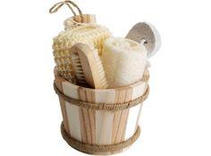 Conjunto para el baño. Conjunto para el baño compuesto por un cepillo, piedra pómez, guante de crin y esponja. Presentado en una tina de madera. #promopresent #regalosdeempresa