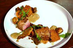 Une délicieuse recette gastronomique de veau, crème de cèpes, girolles et crumble de noisette, inspirée de David Toutain.
