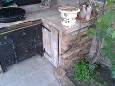 Buitenkeuken van oude stenen gemetseld.