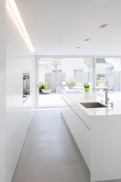 Simple lines, clear structures and plain shapes. Colour concept: White A house in Switzerland: discreet design in combination with HI-MACS® Haus in Bronschhofen, Schweiz Kitchen Interior, Interior Design Living Room, Home Interior, Küchen Design, House Design, Interior Minimalista, Design Moderne, Cuisines Design, Home Kitchens