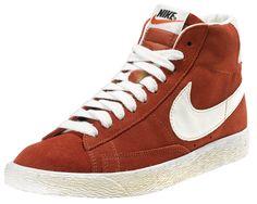 Sneakers donna di ispirazione basket, le Nike Blazer Mid Suede Vintage sono un classico Nike totalmente rinnovato in stile vintage! Tomaia in suede con logo in pelle su entrambi i lati. Lettering sul retro. Suola in gomma vulcanizzata.    Prezzo: 100.00€    SHOP ONLINE: http://www.athletesworld.it/nike-blazer-mid-suede-vintage-nike-5030314