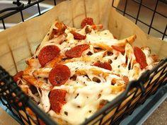 comidas para degustar antes de morir: papas fritas con queso y salame