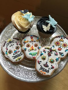 Wedding cookies a bit different to the usual wedding cookie! #dayofthedead #cookies #weddingbiscuits