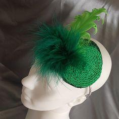Fascinator verde, feito à mão, com penas, plumas e cordão de São Francisco.
