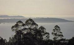 En esta foto se ve la ría de Sada y las bateas de Lorbé en primer término, la ría de La Coruña con la Torre y el Monte de San Pedro delimitando el mar del Orzán y, al fondo, Malpica y las islas Sisargas... Foto de SONIA MARIA GARCIA GARCIA.
