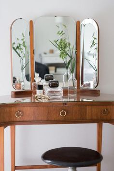 Ton sur ton (PLANETE DECO a homes world) : Amazing vanity with trifold mirror Vintage Interior Design, Decor Interior Design, Interior Decorating, Interior Modern, Vintage Interiors, Interiores Art Deco, Makeup Table Vanity, Vanity Ideas, Mirror Vanity