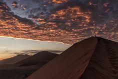 43. Arena fría en la duna 45.  Ascender la duna 45 del desierto del Namib para observar el amanecer te hace sentir el frío de la arena en tus pies y recordar las diferencias de temperatura entre la noche y el día. La experiencia es extraordinaria y muy íntima, casi ancestral, ni siquiera la larga fila de turistas que preceden y te siguen son capaces de romper la magia de ese momento. Descripción completa en la galería web. #FotoViajes