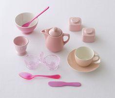 英語のpinkは本来ナデシコの意味。フランスやドイツでは、ピンクはバラ色に例えられることが多く、日本では桃色とも呼ばれますね。/色のひみつ(「はんど&はあと」2013年3月号)