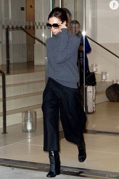 Victoria Beckham in a grey oversized cable-knit sweater + black culottes + black boots Mode Victoria Beckham, Victoria Beckham Outfits, Victoria Beckham Fashion, Victoria Beckham Sunglasses, Mode Outfits, Fashion Outfits, Fashion Trends, Pink Outfits, Culotte Style