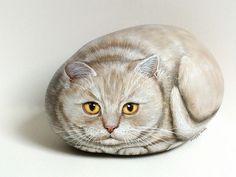 Une minette couleur crème Happy rocks - peinture sur galet Dimension : 21 cm