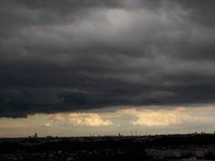 晴れてたのに急に黒雲が広がった。 遠くはまだ晴れている。