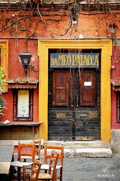 Het 'Da Meo Patacca Ristorante' in Rome, Italie. Ook al serveren ze er alleen maar droog brood dan nog wil je toch in zo'n nostalgisch restaurant eten?