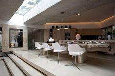 cocina con mesa de comedor de estilo moderno