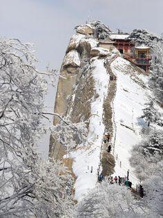 Wanderung auf dem Huashan Berg. Der Huashan Berg ist berühmt für die steile Wanderwege und ist daher ideal für Abenteuer Liebhaber!