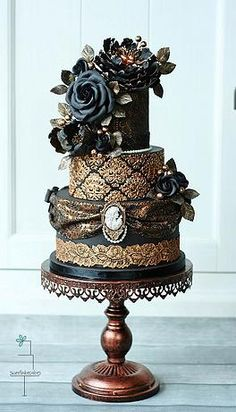 Wedding Cake fleuri à 3 étages: noir et doré... #TheBeautyHours