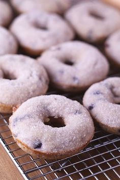 Baked Blueberry and Cardamom Donuts Blueberry Baked Doughnuts. Yummy Treats, Sweet Treats, Yummy Food, Köstliche Desserts, Dessert Recipes, Doce Light, Blueberry Recipes, Blueberry Donuts, Baked Doughnuts