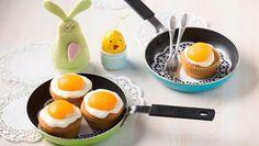 Diese Spiegeleier backt der Ofen. Ein Backrezept für süße Spiegelei-Muffins mit Pudding-Schmandcreme und Aprikosen.