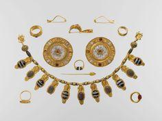 Set de joyería etrusca del principios del siglo V a. C., encontrado en una tumba en Vulci en 1832. Oro, vidrio, cristal de roca, ágata y cornalina (Museo Metropolitano de Arte - Nueva York, USA)