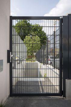 Der Doppelstabmattenzaun ist eines der meist verkauften Zaunsysteme. Er findet sehr häufig Anwendung im öffentlichen Raum. Doch auch privat ist der Doppelstabmattenzaun ein beliebtes System. Das hat auch gute Gründe. Die Doppelstabmatten bieten große Sicherheit für Ihre Kinder und / oder Ihr Haustier. Durch den einfachen Aufbau ist er sehr leicht selbst zu montieren. Outdoor Structures, Shop, Patio, Front Yard Fence, Fence Ideas, Garden Fencing, Privacy Screens, Safety, Build House