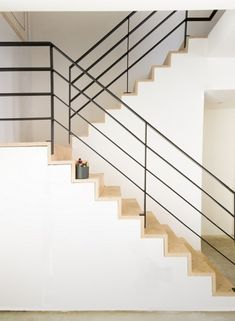 Horizontal Rail design: Clean/minimal (minus the attachment @ the vertical riser & front of tread) Cable Stair Railing, Interior Stair Railing, Modern Stair Railing, Staircase Handrail, Stair Railing Design, Metal Stairs, Staircase Remodel, Modern Stairs, Banisters